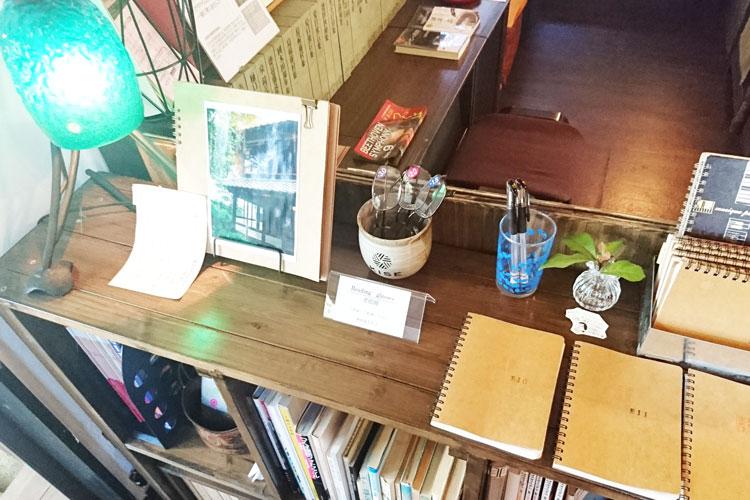 店内の棚の上にはノートが