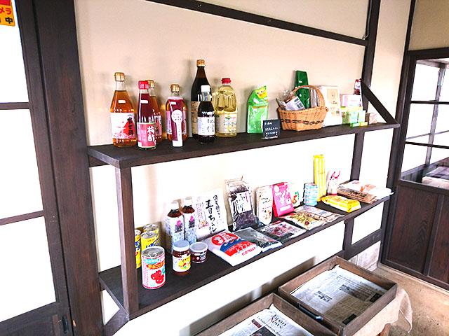 無添加の食品たちが並ぶ棚