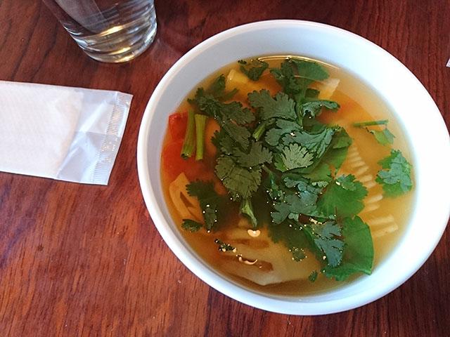 パクチー入りトムヤムスープ