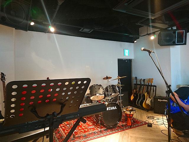 店内の奥には楽器スペースがある