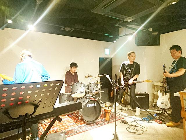 オーナーとそのバンド仲間のセッション